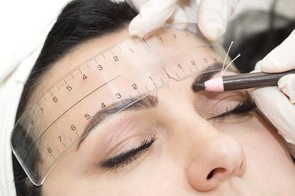 Vermessung der Augenbrauen für Microblading